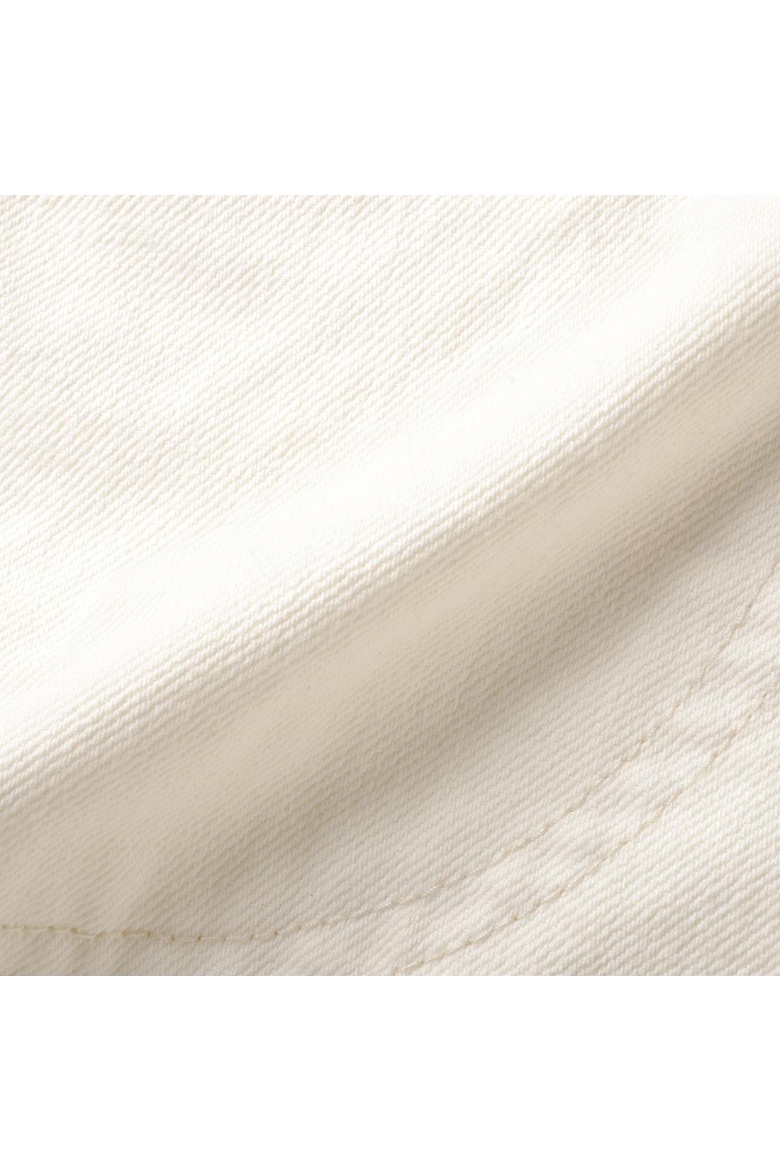 ムラ糸カツラギはほどよい厚みでカジュアルなはき心地。