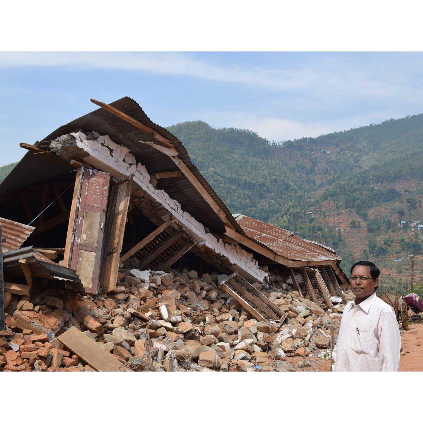 (C)SVA 震災により被災したヌワコット郡バイラム小中学校と校長先生