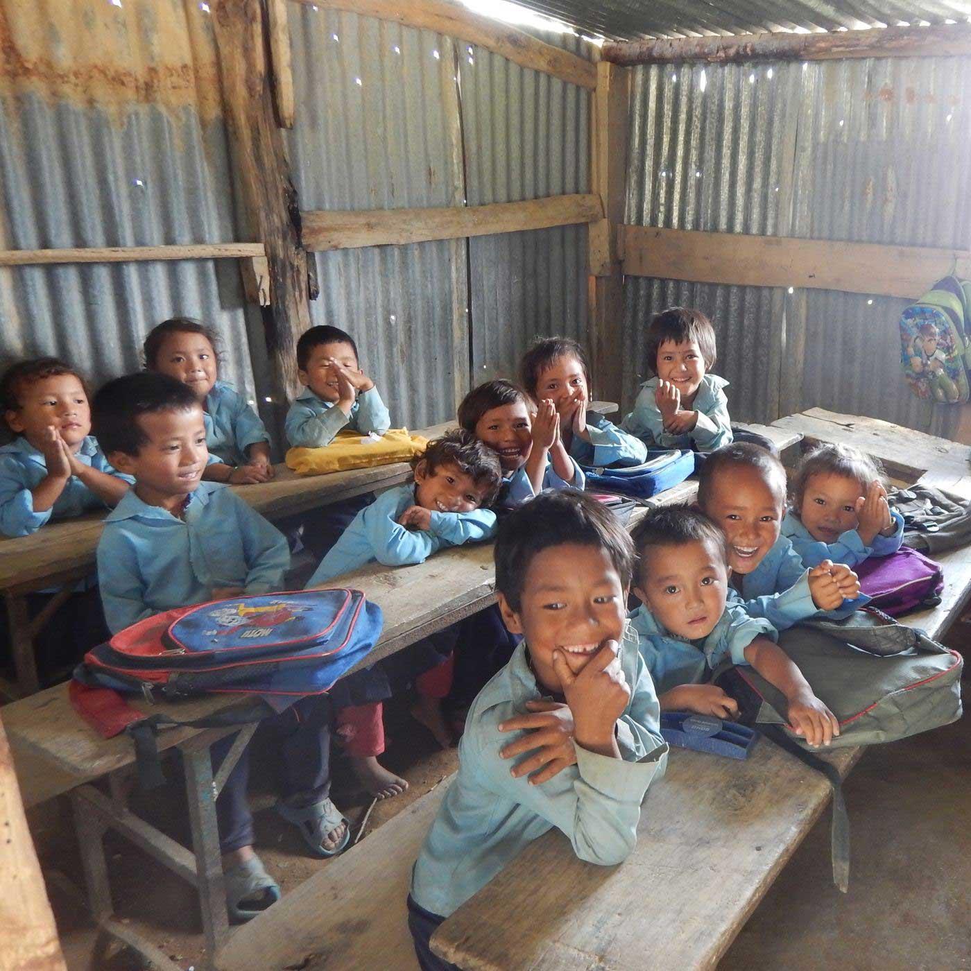 (C)SVA トタンの教室で勉強する子どもたち(シャンティ・デビ小学校)