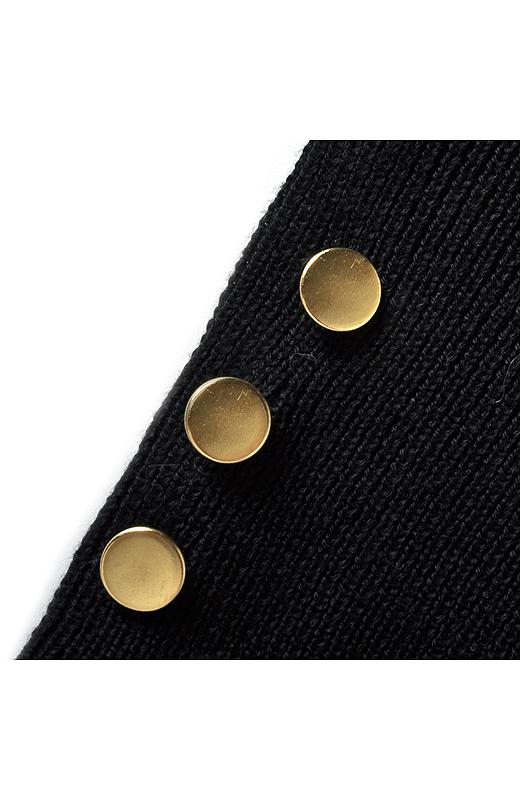 ゴールドボタンを袖口にあしらってリッチな印象に。