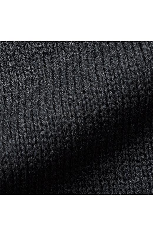 ふんわり軽いアクリル・ウール混素材。さらりとはおれるラフな着心地ながら、品のある風合いに仕上がっています。
