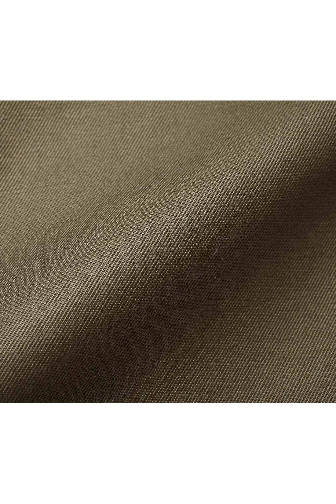 ギャバという厚みのある生地。ノンウォッシュで仕上げることで、綿ながらきれいめな女性らしい印象です。