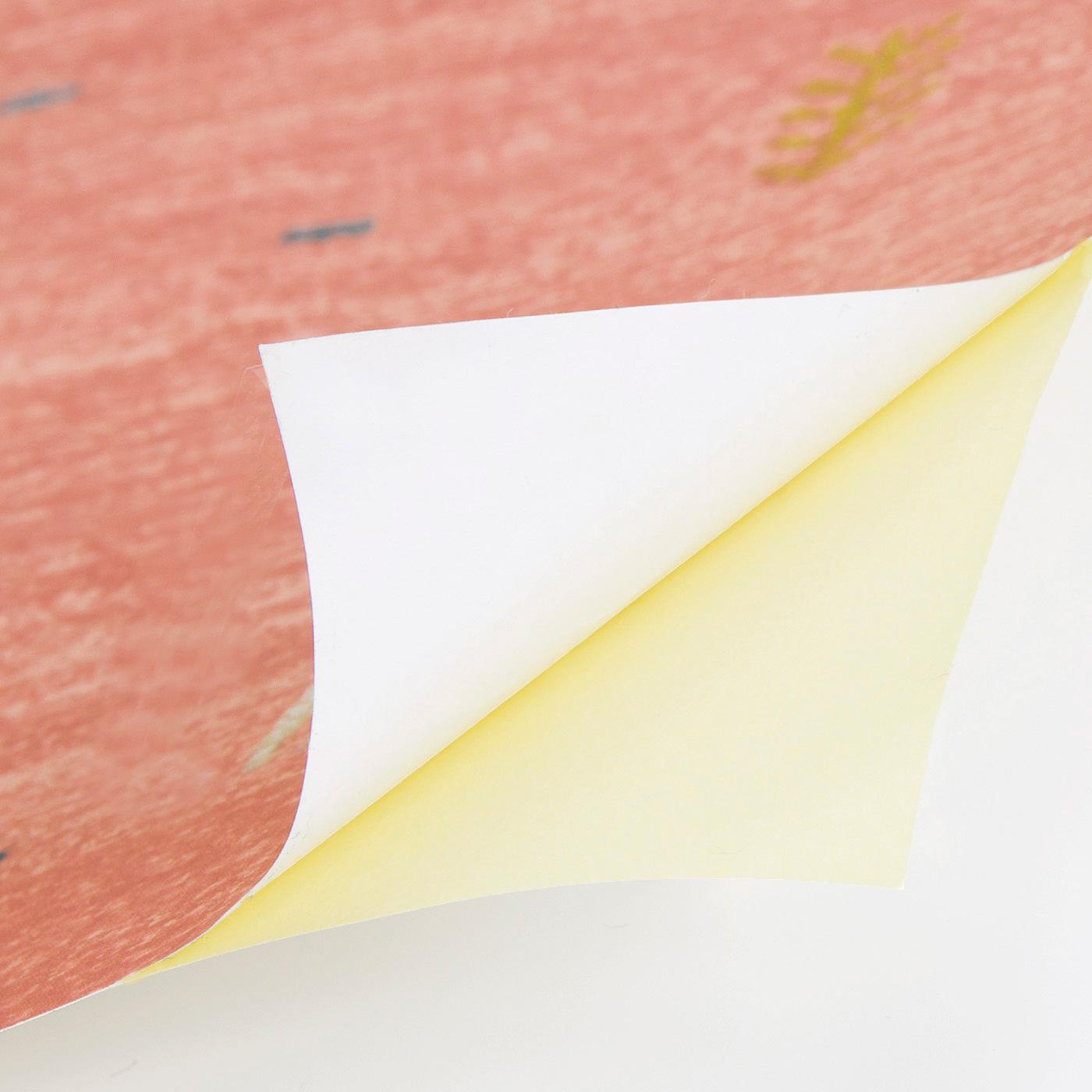 壁にぴったりと貼りつく薄手の上質紙。