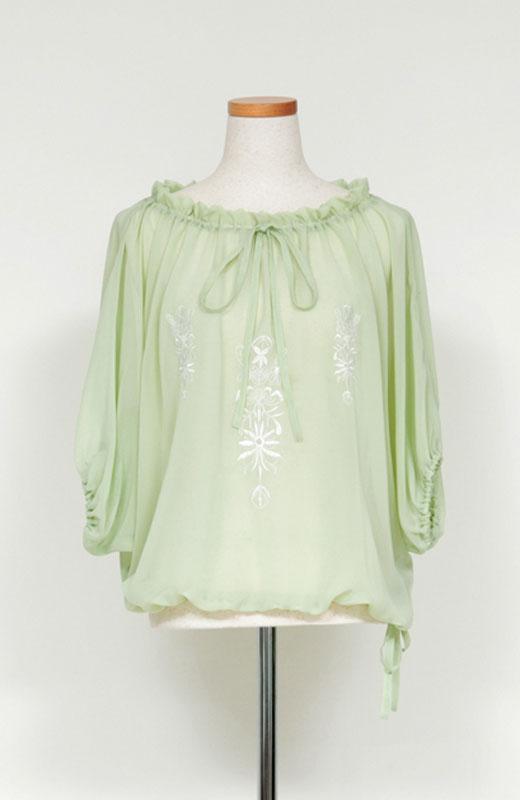 透け感のきれいなシャーベットグリーンカラーに、ホワイトの繊細な刺しゅうをほどこしました。