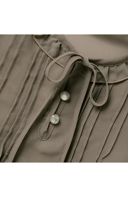 衿もとのフリルや胸もとのピンタック、リボンやボタン、すそのレースなど、甘いディテールがアクセサリー気分。