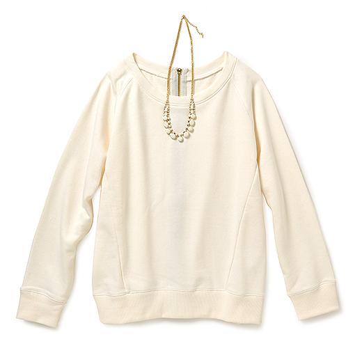 シャツと重ね着してカフスを折り返してちょうどいい九分袖。すっきりしたラグランスリーブなので、シンプルな着こなしでも部屋着っぽくならないのが◎