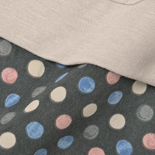 さらりとした布はく素材のブラウス生地に、伸びやかなカットソー生地をドッキング。