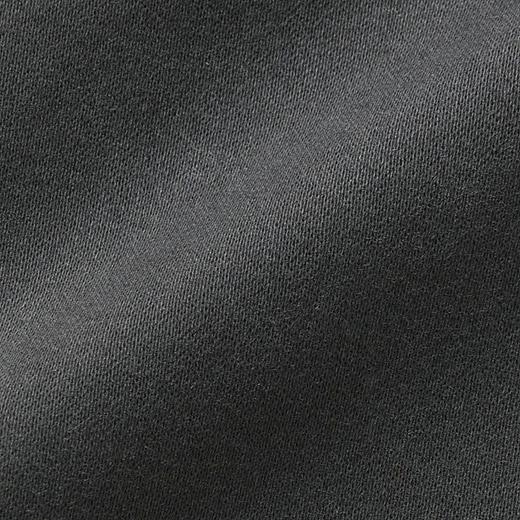 グンと伸びるストレッチとしっかりと微起毛感のあるピーチスキン素材。