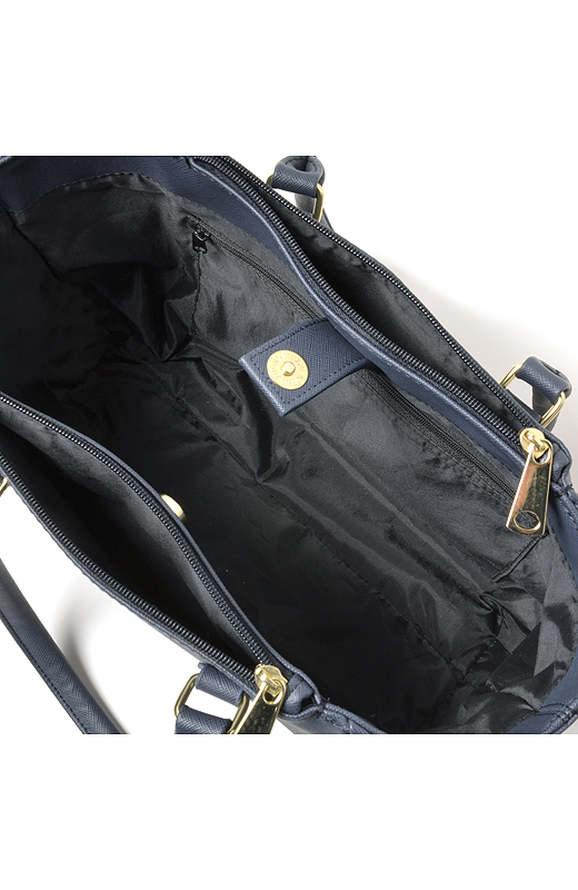 書類や大きい荷物はガサッと中に入れて、小物は内側や両端のポケットに。整理しやすいのもポイント。