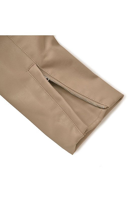 ファスナー遣いの袖口は、まち付きだからファスナーが肌にふれません。