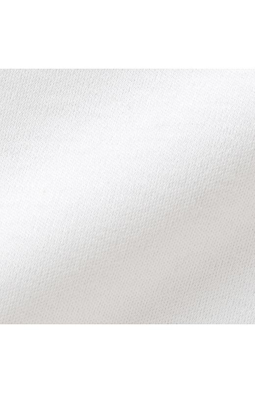 コットン100%の細い糸で編み立てたカットソーに、シルケット加工をほどこした素材。ほのかなつやと張り感できれいな印象。滑らかな肌ざわりも魅力です。