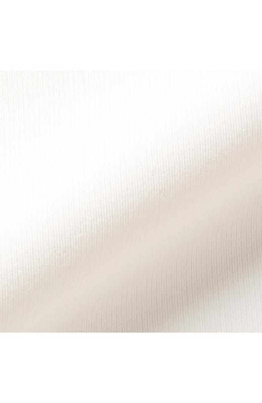 綾目の立った上質なダブルクロスを使用しているので、美しい落ち感と表面感、肌ざわりも抜群です。
