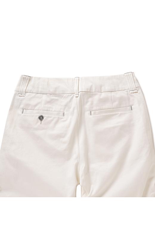 Back 大きめのベルトループとポケット遣いでヒップまわりもすっきり。内側のポケット布を大きめにしているので、透けを軽減できるように工夫しました。
