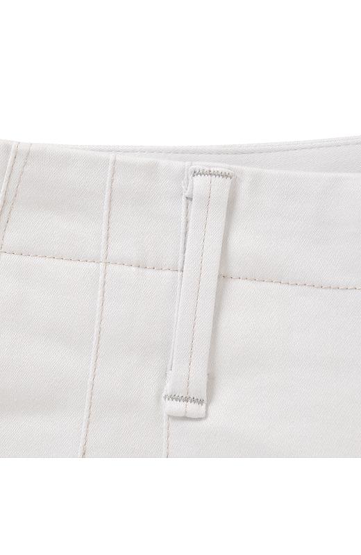 一本のパンツに二種類のカラーステッチを遣うことでこなれ感を出し、タック遣いでメリハリ感もアップ。