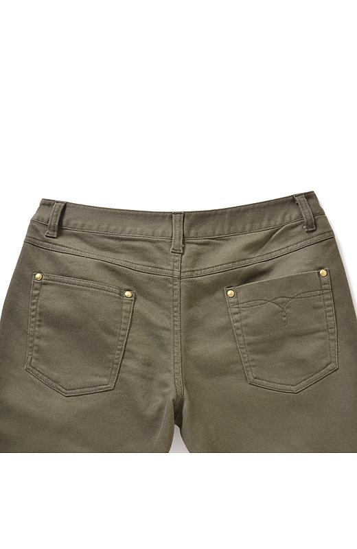 バックスタイルもきれいに見えるよう、ポケットの大きさやステッチのディテールにもこだわりました。