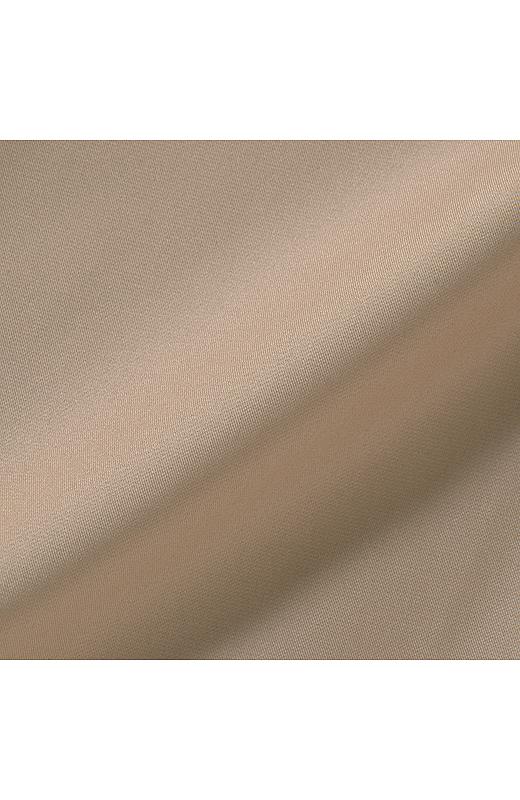 軽やかで張り感のある、一枚仕立ての先染めメモリータッチ素材。