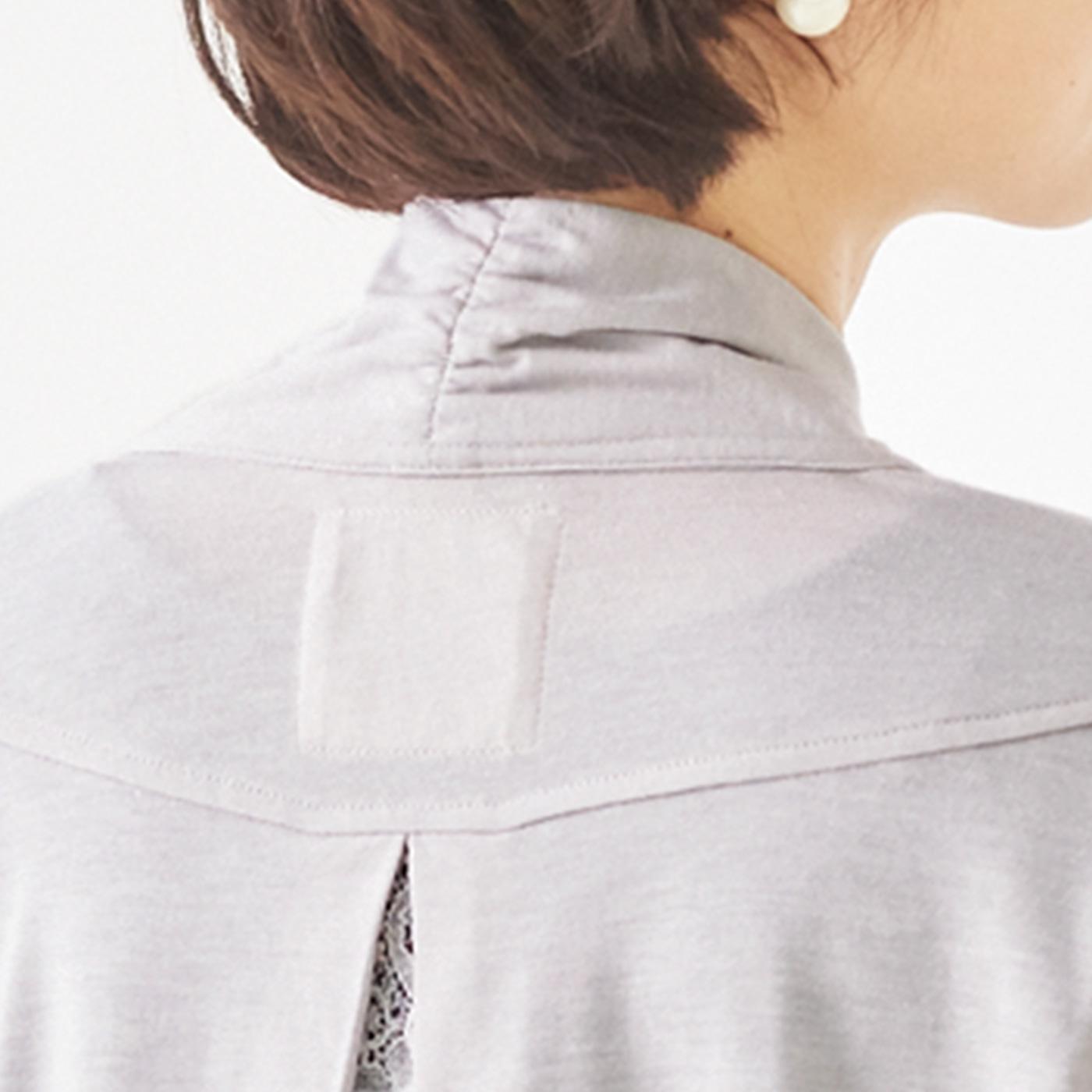 首の後ろはシャーリングの衿が立ち上がり、後ろからの日差しをガード。