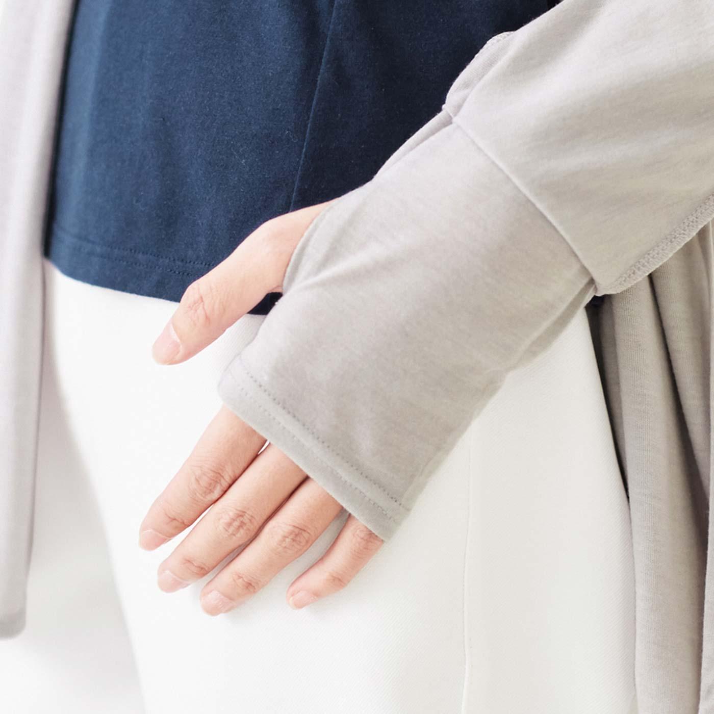親指ホール付きで手の甲までしっかりカバー。