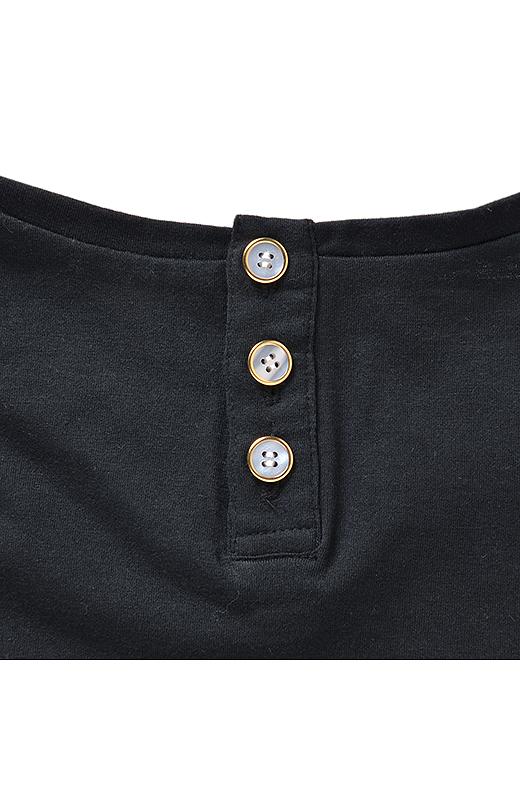パール風のボタンで、バックスタイルも愛らしく。