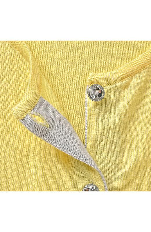 キラキラボタンや前立て裏の配色もデザインポイント。