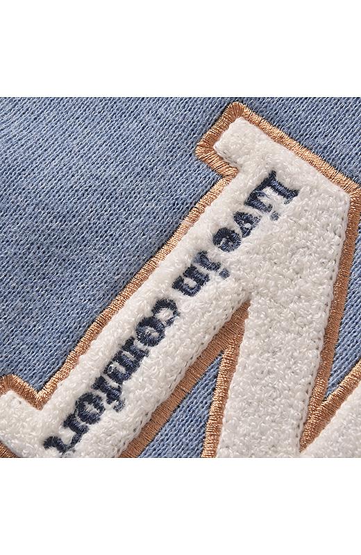 胸のアルファベットロゴは、もこもこ刺しゅうでワッペンみたいな質感に。中に入れた「Live in comfort」の配色ロゴもかわいい。