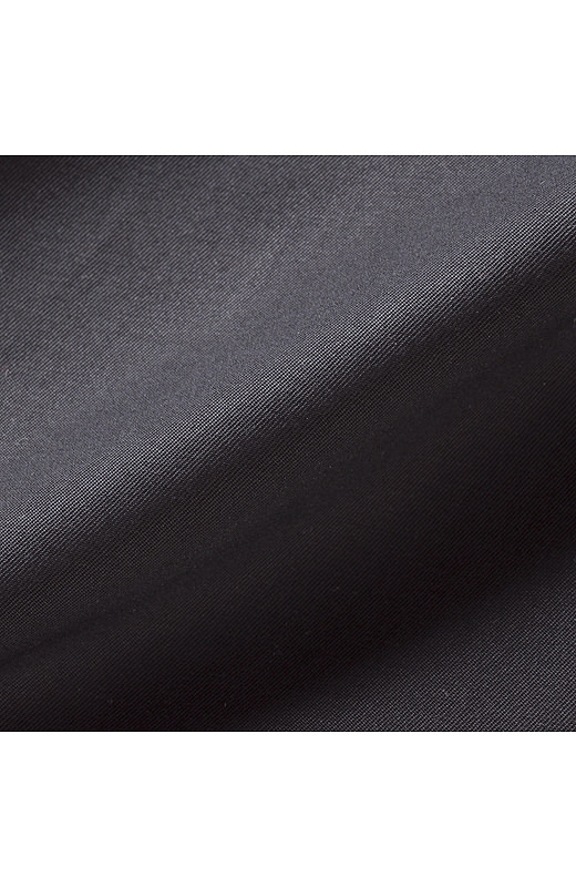 かさっとドライ感のある薄軽な綿素材。