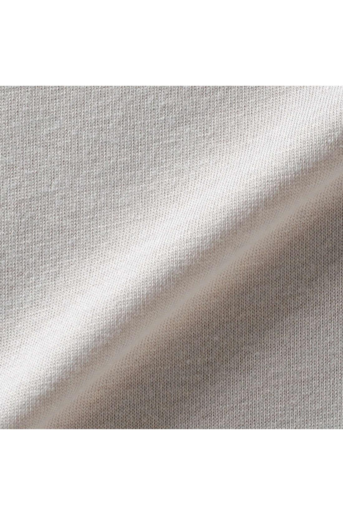 しなやかカットソーと上質なつや感のサテンの異素材コンビがほどよい華やぎと落ち感を演出。