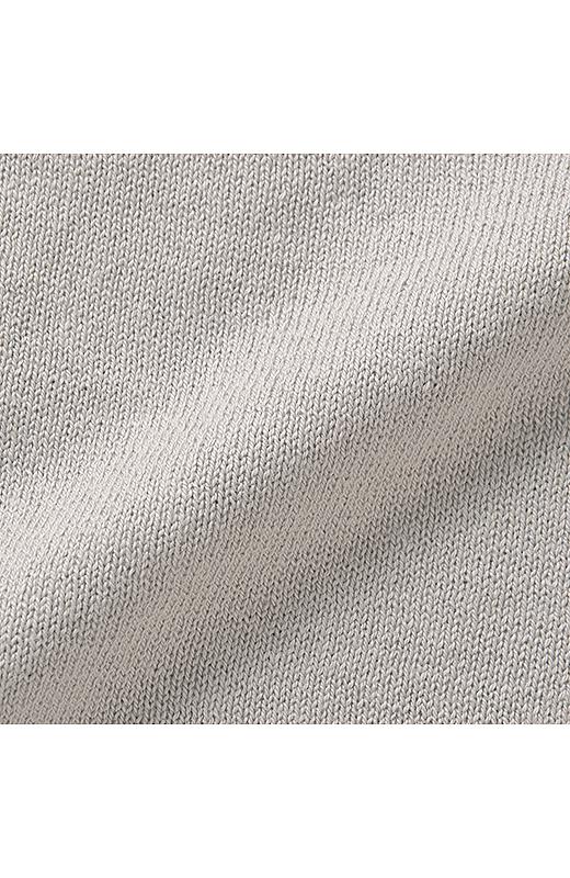 きれいめなハイゲージニットは素肌に心地いい綿100%。