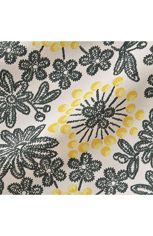 前身ごろはさらりとした布はくのプリント素材。