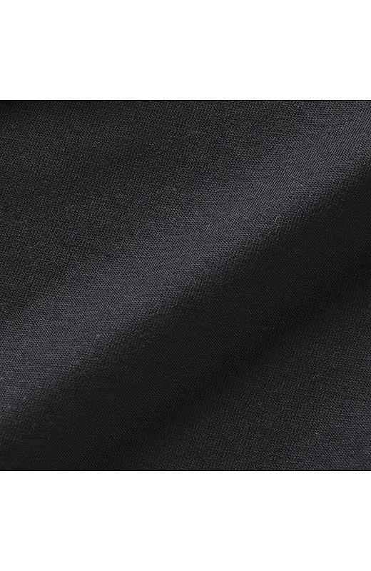 袖と後ろ身ごろはのびやかなカットソー素材。