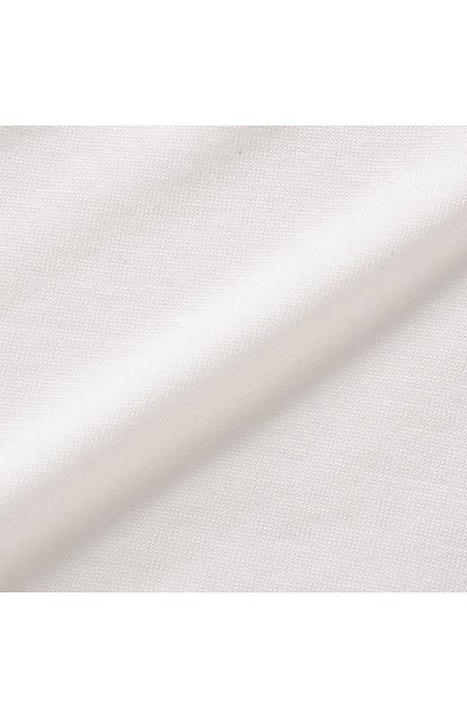 タンクトップは薄手で肌ざわりのよいカットソー素材。