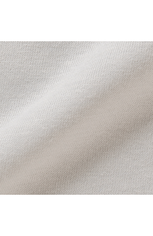 タンクトップは綿混のカットソーで肌に心地よい。