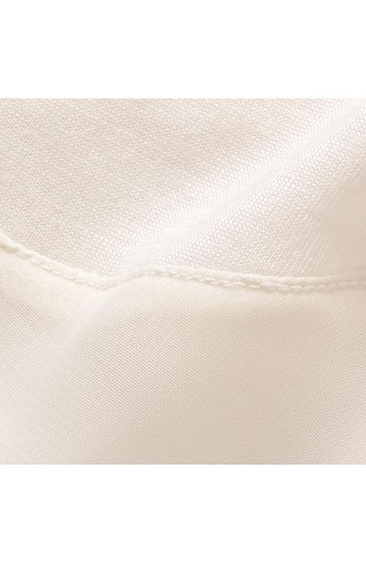 半袖トップスは落ち感があるカットソーと軽やかシフォンのコンビ。