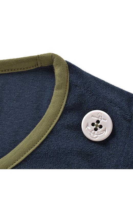 肩に付いた大きめボタンがアクセントになってるよ。
