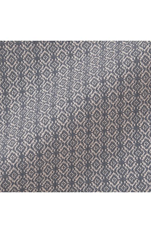 肉厚感のある素材に繊細なパターンが魅力のジャカード織り。一見かっちり見えて、ほどよいストレッチ性をそなえたストレスフリーなはき心地。