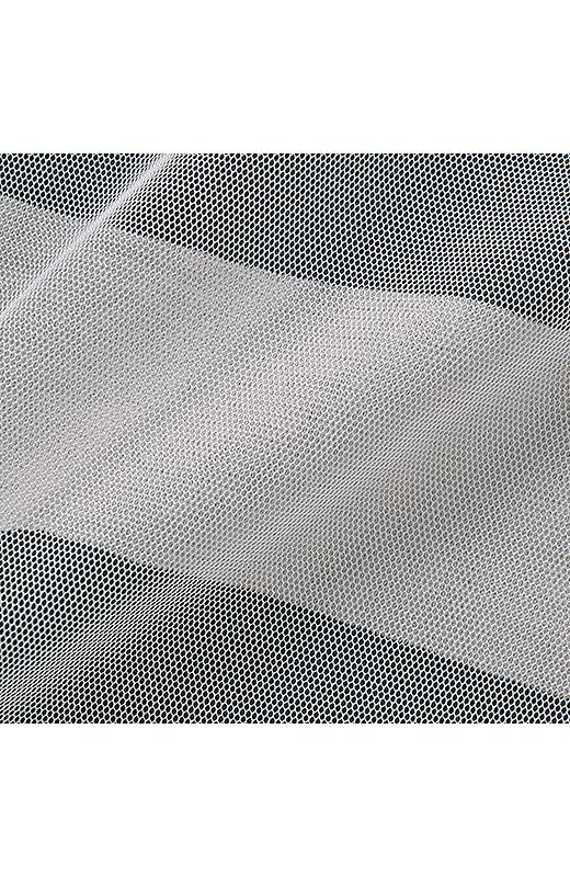 肌ざわりのよい綿混天じくカットソー素材に、伸縮性のあるチュール素材を重ねました。