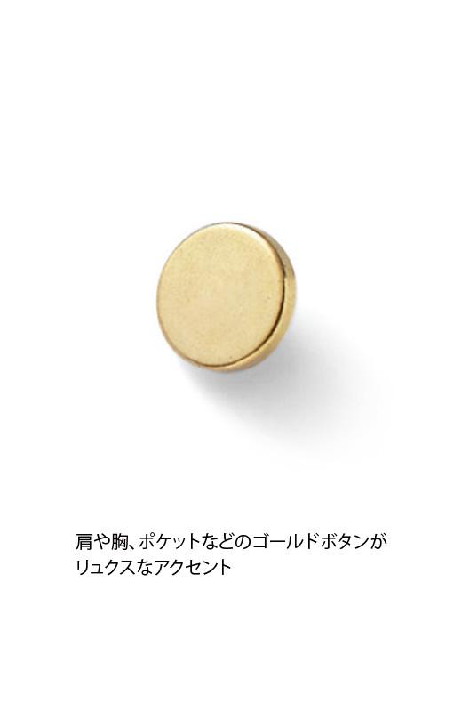 ポケットのゴールドボタンがリュクスなアクセント。