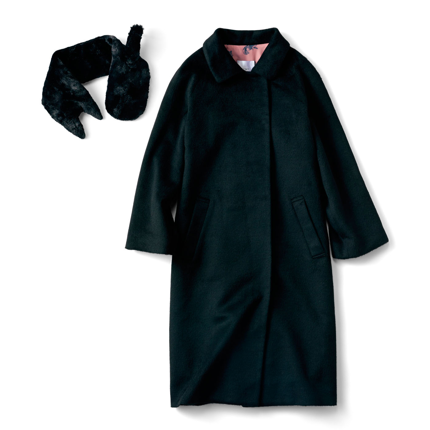 スカートにもパンツにも合わせやすい、ベーシックな形のコートです。黒猫のティペットつき!