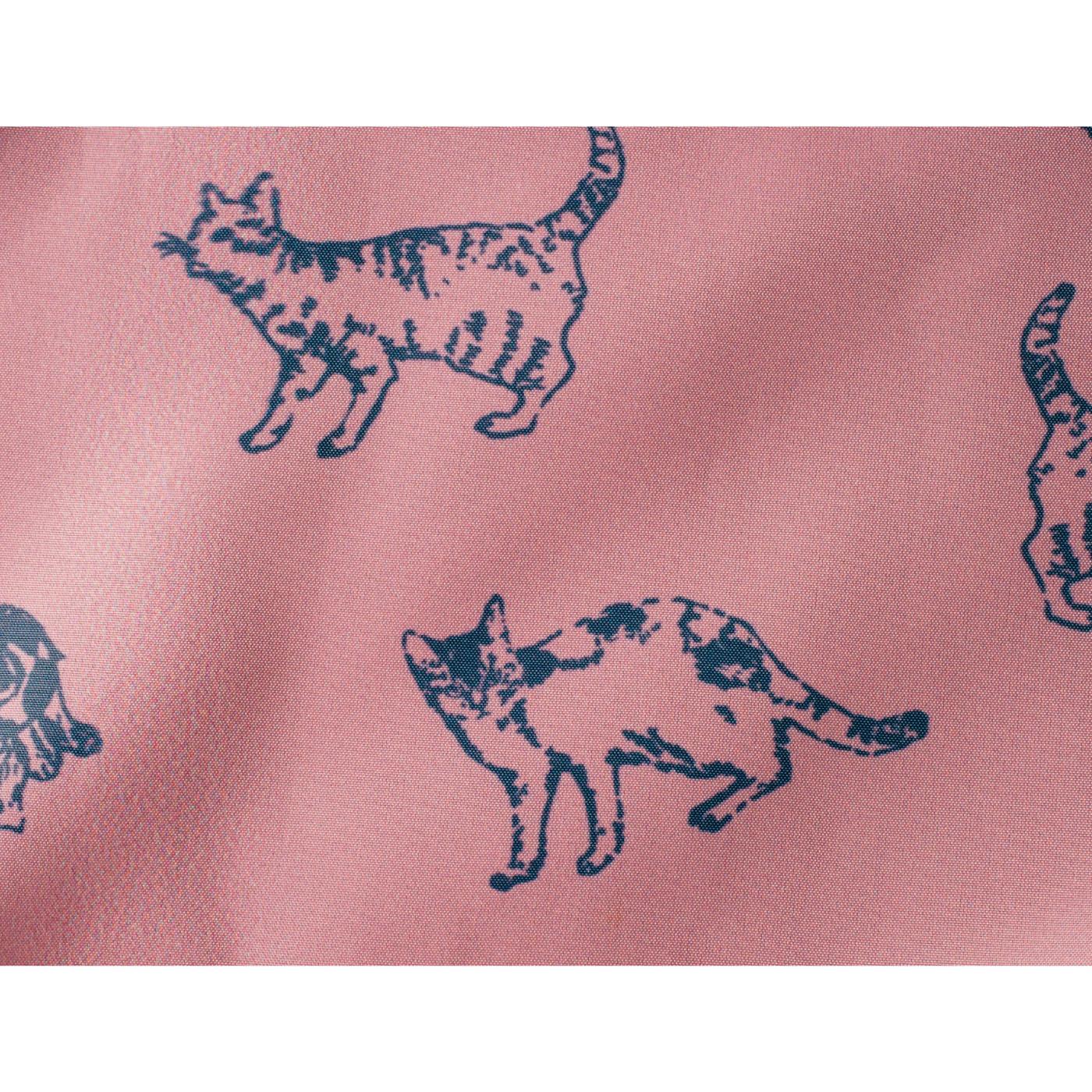 今回のために描き下ろしたイラストで作った猫柄オリジナル裏地。大人でも合わせやすい絶妙なピンク色です。