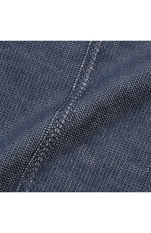 肌ざわりにいやされるレーヨン混のやわらかなニット。重くならないように部分的に縦ラインを強調する透かし編みを入れてすっきりと着られるように工夫。