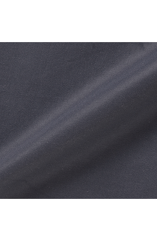 独特の張り感と上品な光沢感のあるポリエステルコットン素材。