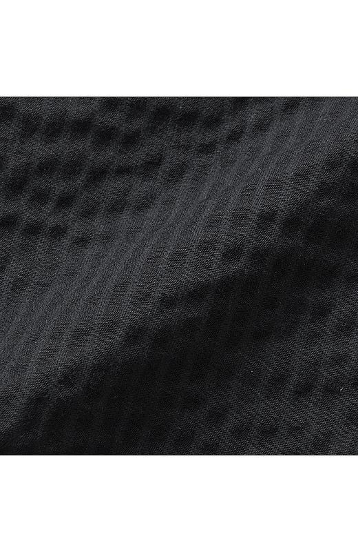 汗ばむ季節でも肌に張り付きにくい、表面に凹凸感のあるサッカー素材を使用し、さわやかに過ごせます。ストレッチ素材でらくちんなはき心地。