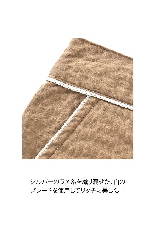 シルバーのラメ糸を織り交ぜた、白のブレードを使用してリッチに美しく。