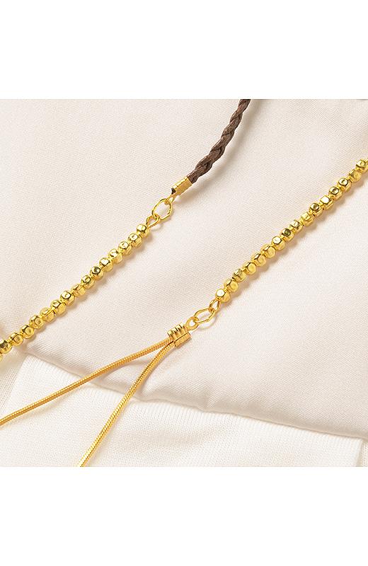 ネックレスは繊細でシャープな印象のデザイン。