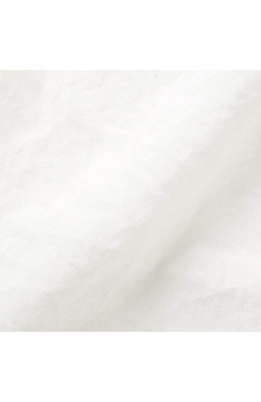 さらりとした肌ざわりのワッシャー素材でアイロンいらず。ほのかに透け感があって軽やかなはき心地。