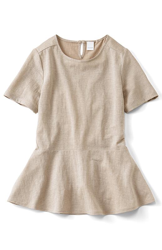 肩線を前身ごろ側に下げ、デザインポイントに。サイドの切り替えを斜めに前ふりにすることで、からだがほっそりきれいに。腰まわりをカバーしてくれるペプラムシルエットはこだわりの美フレアー。袖&ふわりと広がるすそで華やかさをプラス。二の腕や腰まわりのカバーもおまかせ。