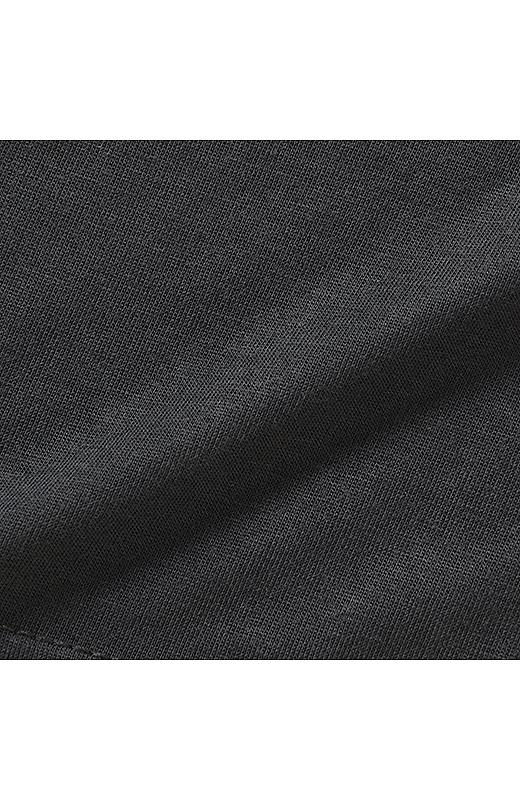 肌に気持ちいいレーヨン混のカットソー素材はきれいめな風合いも魅力。