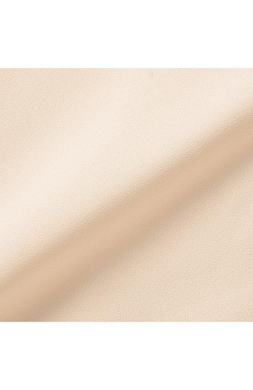 ブラウスはほんのり透ける梨地シフォン。