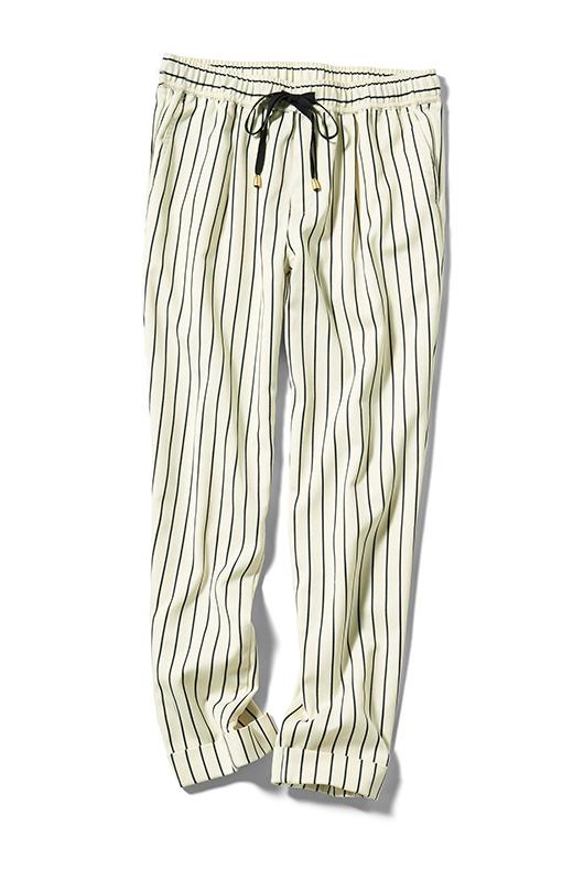 マニッシュなストライプを、ウエストのインゴム+ひも仕様で、ゆるっとアレンジ。こだわりの美脚テーパードなシルエットは、Tシャツにもジャケットにもかっこよく決まります。軽く足首が見えるクロップド丈。