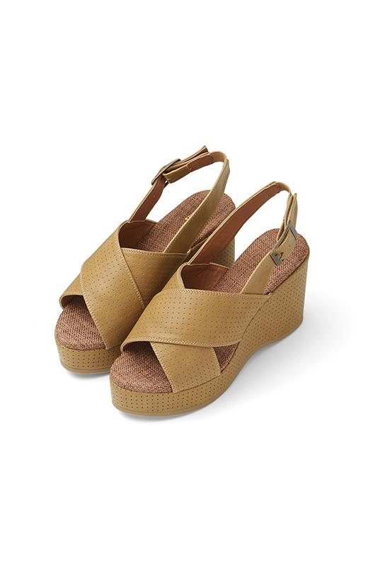 サイズ調節可能なバックル付きだけど、履くときはゴム仕様だからスポンとらく。テラコッタ風のウェッジソールは、見た目より軽くクッション性もあるので歩きやすいんです。美脚見せしつつ、安定感も抜群。